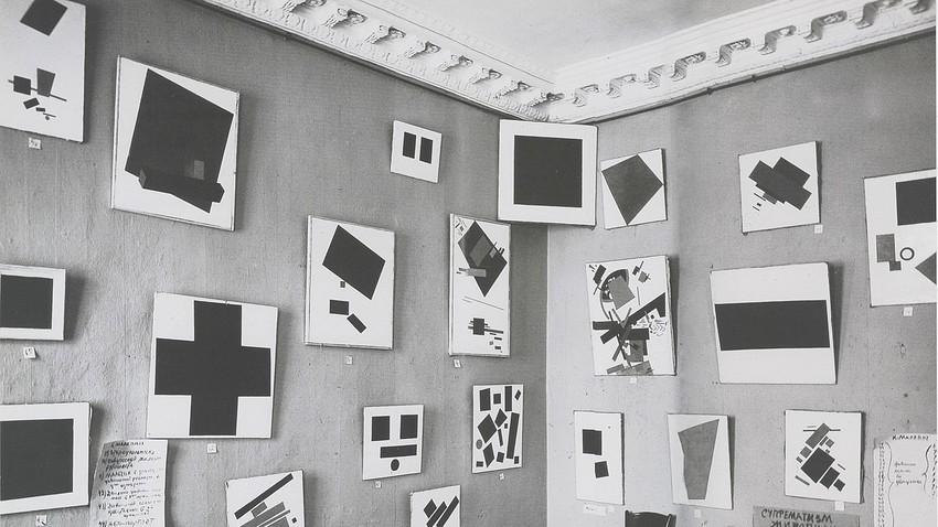 Suprematistična dela Kazimirja Maleviča na razstavi 0.10 v Peterburgu leta 1915.