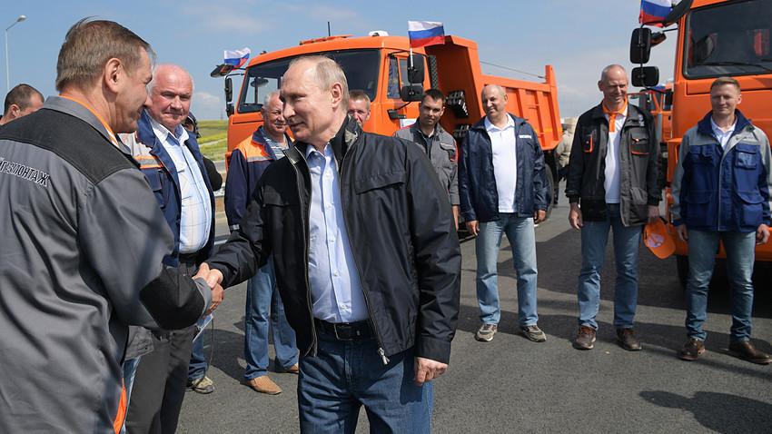Владимир Путин разговара со градителите на Кримскиот мост на Нултиот километар во текот на отворањето на друмската делница на мостот.