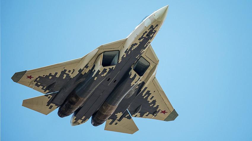 Ruski višenamjenski borbeni zrakoplov pete generacije Su-57.