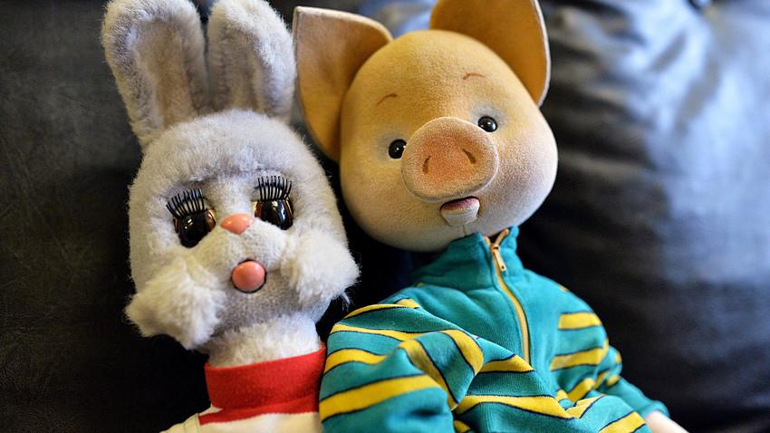 Bonecos da lebre Stepachka e do porco Kriucha inspirados no programa de TV russo 'Spokôinoi nôtchi, malichi!' no estúdio da Ostankino TV.