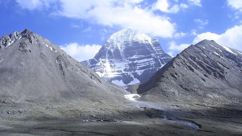 Планината Кајлаш е свето место за Индусите, будистите и џаините.