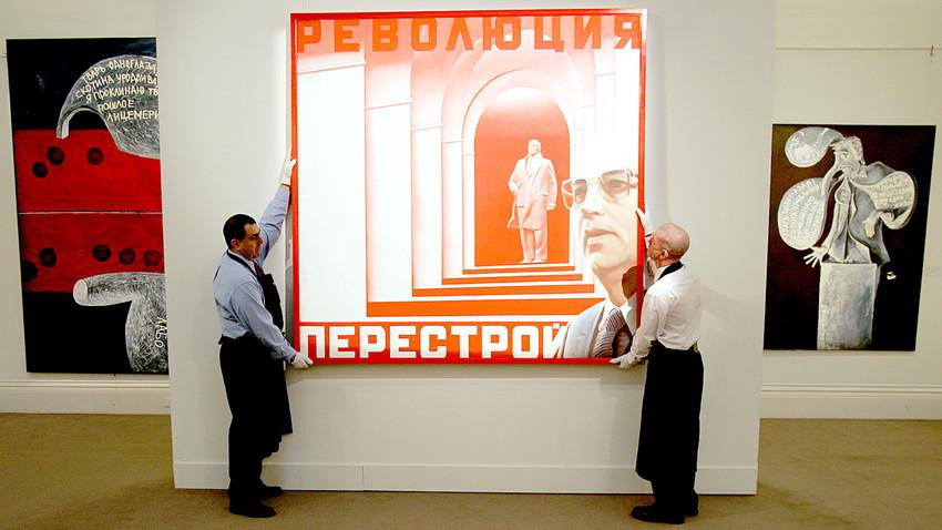 """Техници коригират картината на Ерик Булатов, наречена """"Революция-перестройка"""", оценена на 80 000 - 120 000 паунда в аукционните къщи Sotheby в Лондон, 12 февруари 2007 г."""