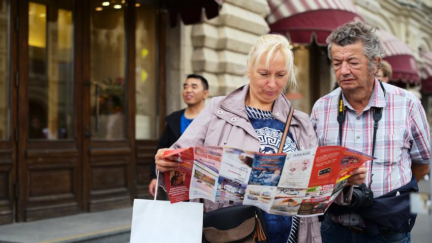 Turisti na Nikolski ulici, najstarejši ulici v Moskvi
