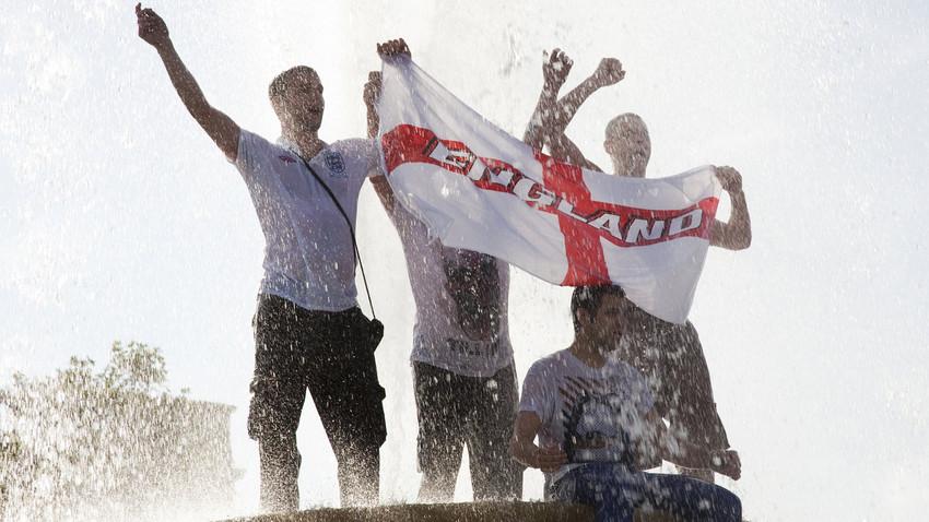 Светско фудбалско првенство 2010. Енглески навијачи славе победу над Словенијом на тргу Трафалгар у Лондону.