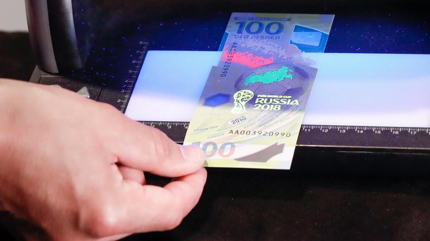 Uang kertas 100 rubel baru yang dirilis Bank Sentral Rusia dalam rangka menyambut Piala Dunia 2018.