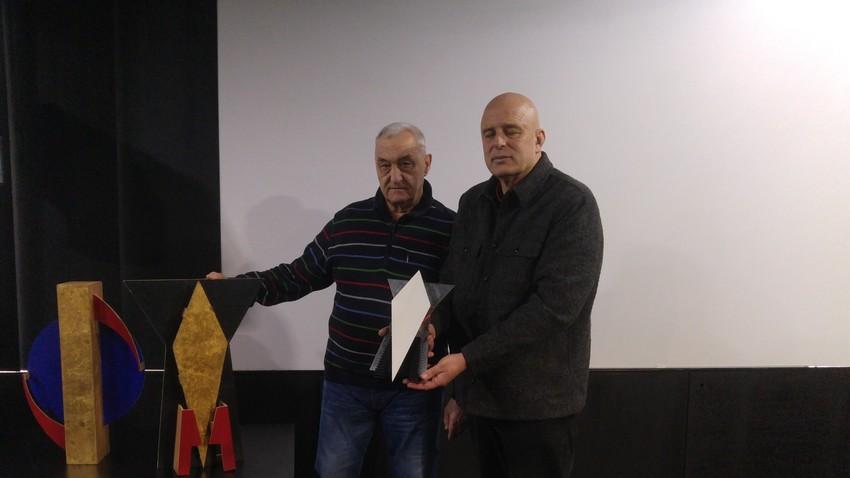 Dmitrij Dragun (Akademija Ciolkovskega) in Dragan Živadinov z maketo prvega umetniškega satelita oz. znakom pokojne igralke Milene Grm.