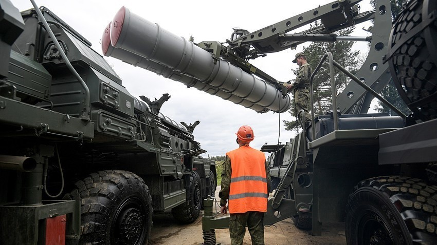 Oskrbovanje protizračnega sistema S-400 Triumf med rednimi manevri letalskega polka v Moskovski regiji.