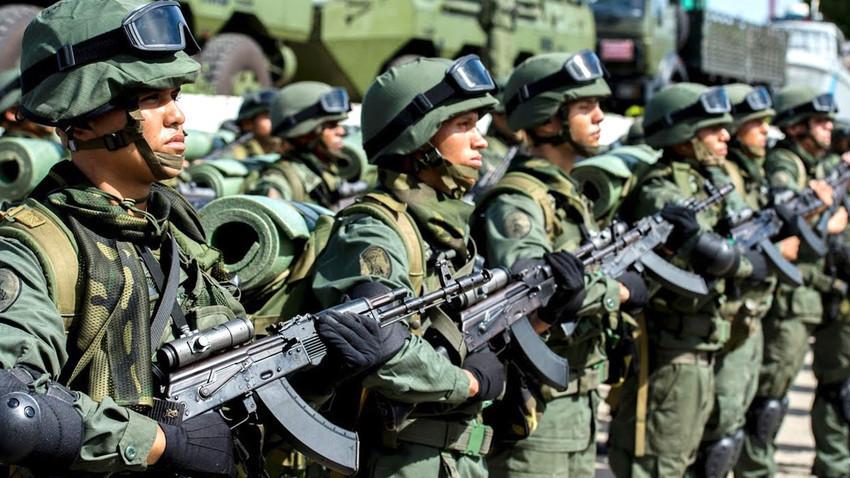 Pripadniki venezuelske vojske z jurišnimi puškami AK-103