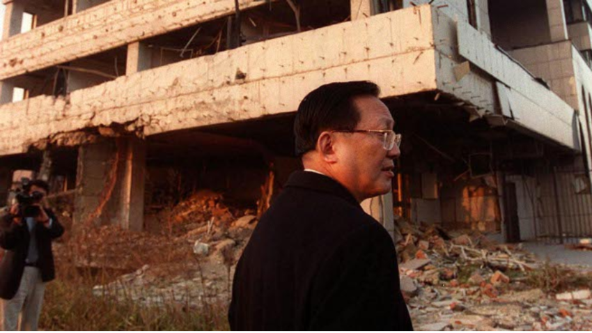 Kitajski zunanji minister si ogleduje ruševine kitajskega veleposlaništva v Beogradu, 3. december 2000.