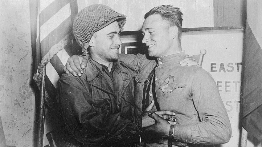 East meets West: Second lieutenant W. Robertson and lieutenant A. Sevashko, April 26th, 1945