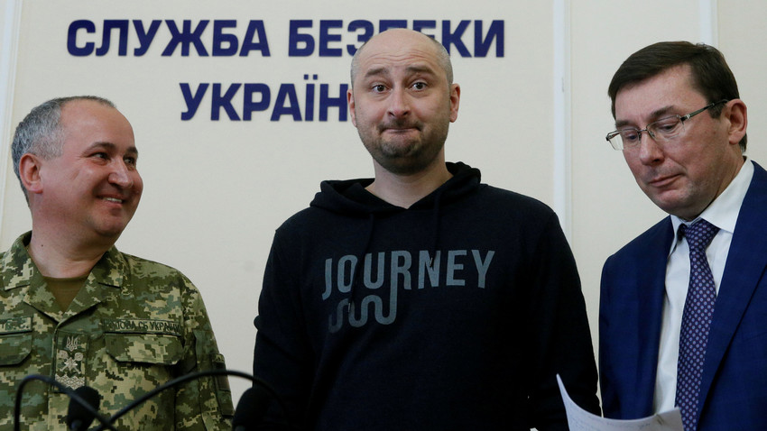 Jurnalis Rusia Arkady Babchenko (tengah), yang dilaporkan tewas dibunuh di ibu kota Ukraina pada 29 Mei, Jaksa Penuntut Umum Ukraina Yuriy Lutsenko (kanan), dan Kepala Dinas Keamanan Ukraina (SBU) Vasyl Hrytsak selama konferensi pers di Kiev, Ukraina, 30 Mei 2018.
