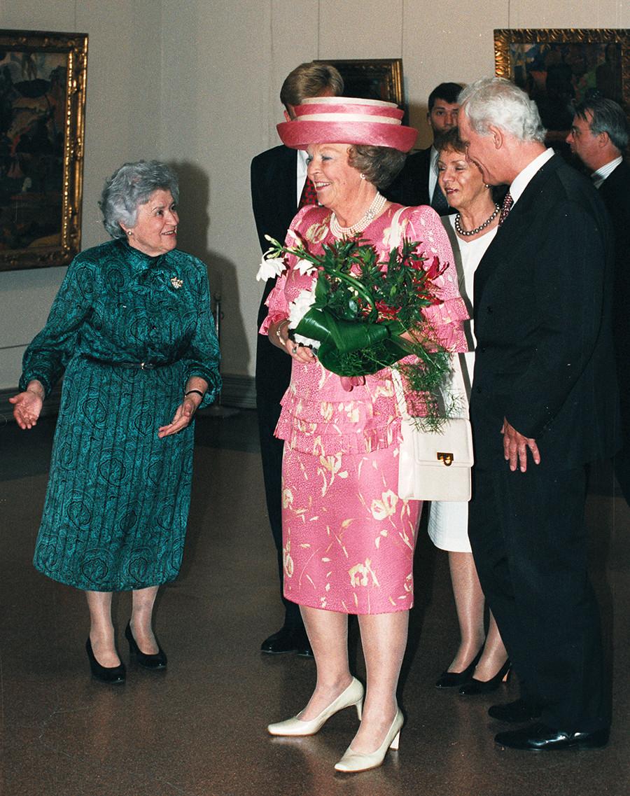 A rainha Beatrix, da Holanda, fala com Irina Antonoca (esq.), em 6 de junho de 2001 durante uma visita ao museu em Moscou.