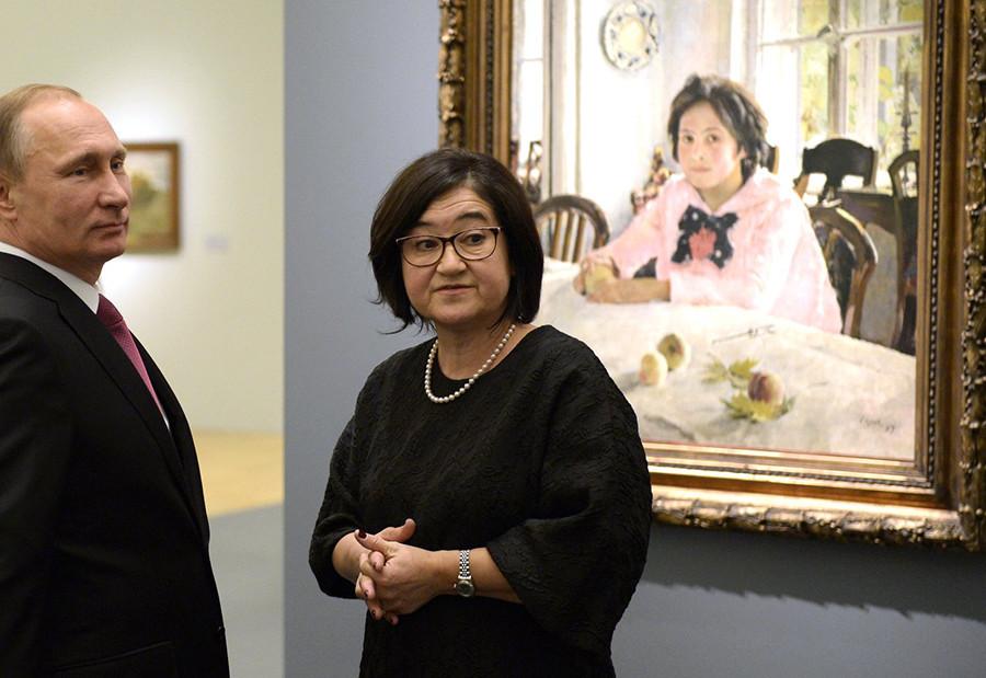 Zelfira Tregulova guia um tour pela galeria com Vladimir Putin.