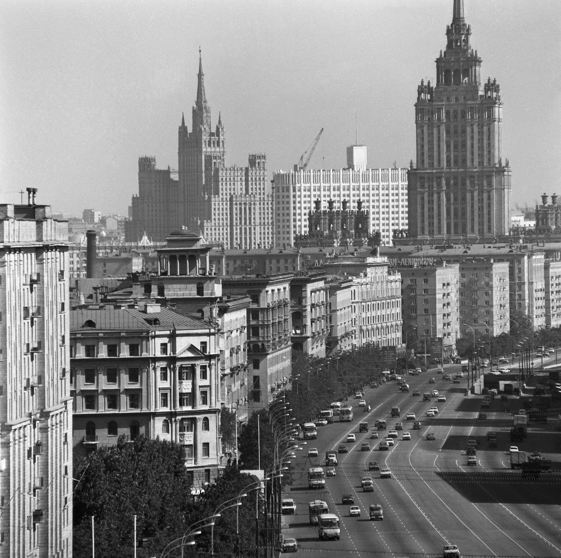 A avenida Kutuzovski Prospekt, em Moscou, onde vivia a elite dos funcionários soviéticos, como Leonid Brejnev e Iúri Andropov.