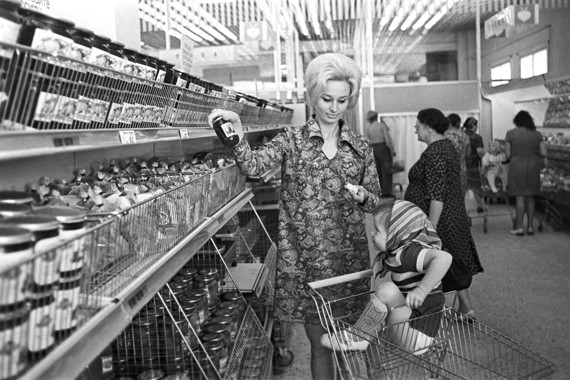 """O supermercado """"Universam"""", em Leningrado (hoje, São Petersburgo). As prateleiras nunca estavam vazias nas lojas que serviam às elites."""