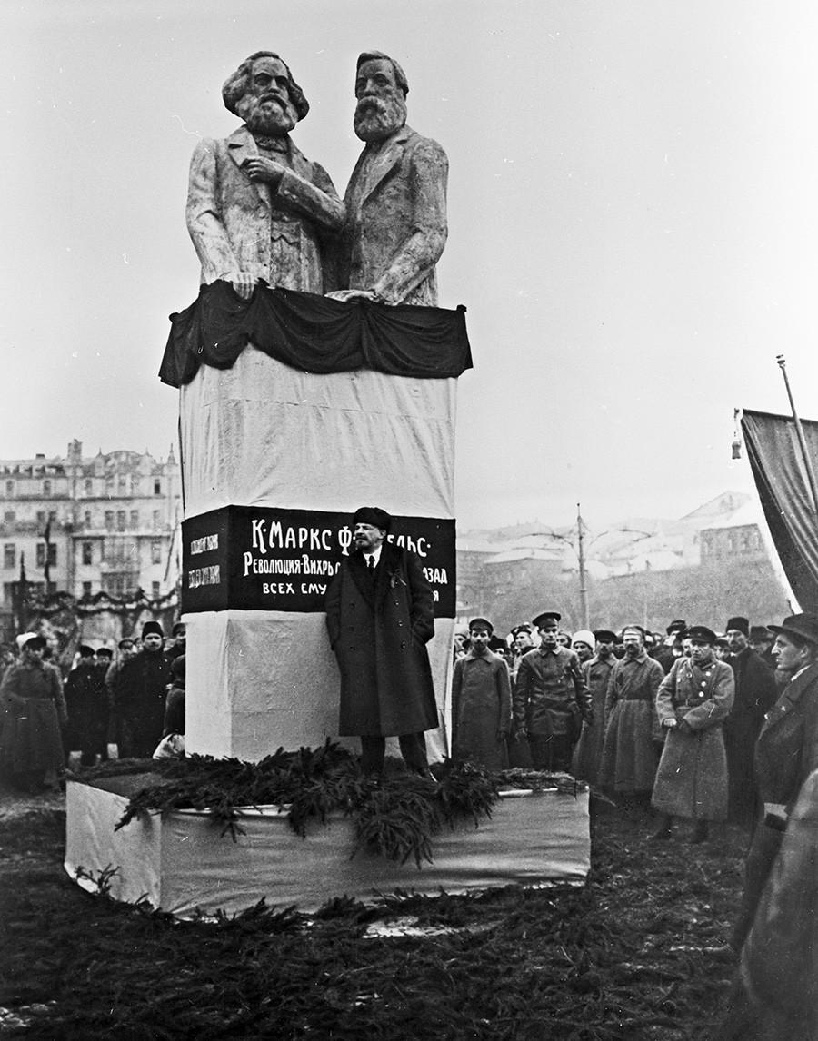 Vladímir Lenin en la inauguración del monumento temoral dedicado a Karl Marx y Friedrich Engels en la Plaza Voskresénskaia (actualmente la plaza Revoliútsii) en Moscú.