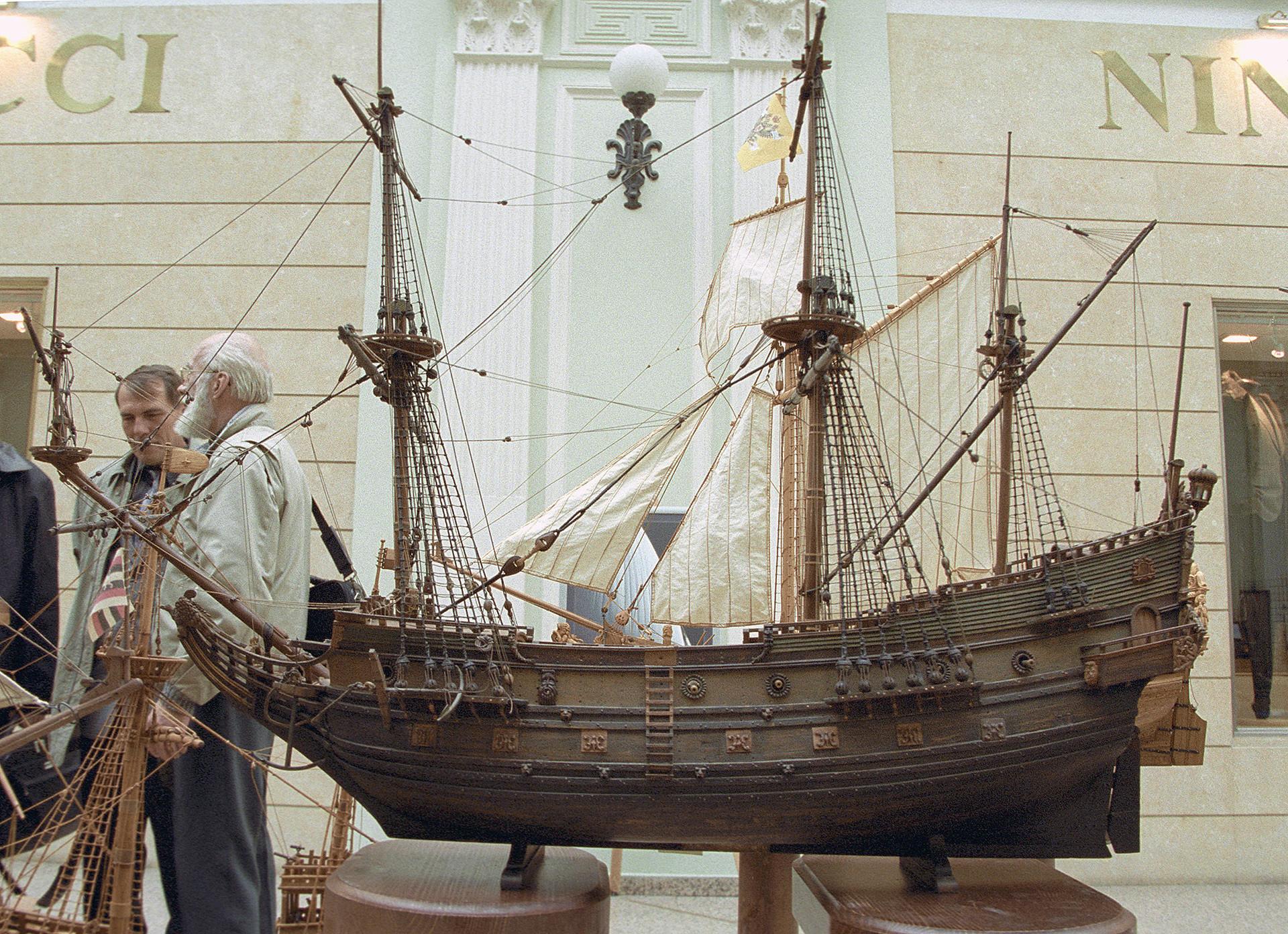 Modelo do primeiro navio de guerra russo Oriol