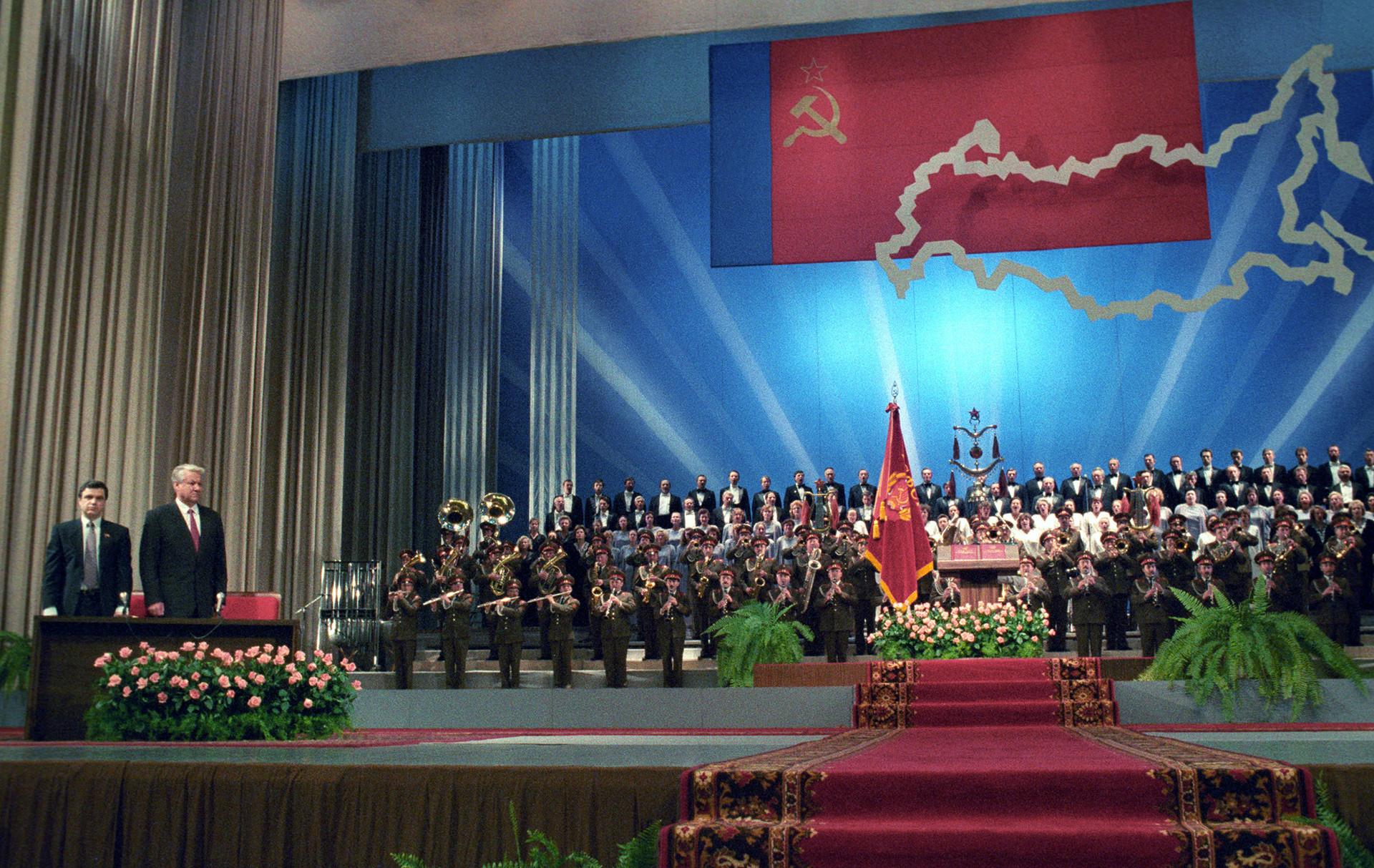 Първият президент на РСФСР Борис Елцин след встъпването в длъжност