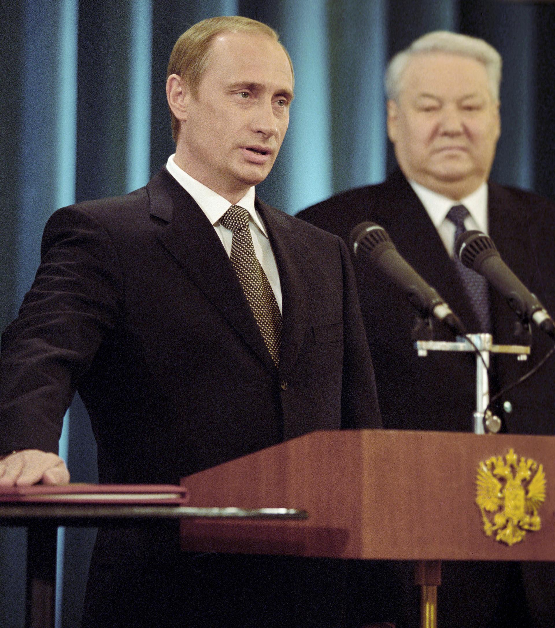 Владимир Путин поема длъжността президент на Руската федерация, отдясно досегашният президент Борис Елцин