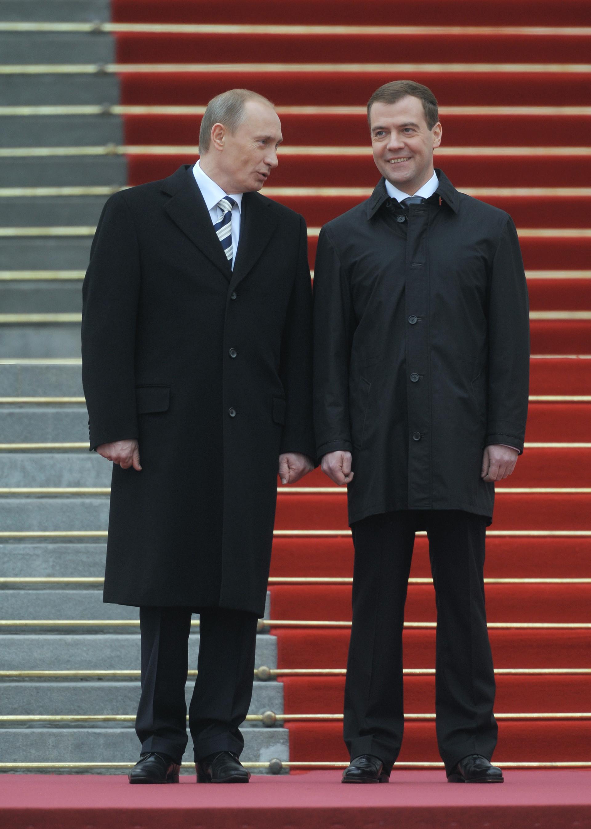 Владимир Путин и Дмитрий Медведев на церемонията по инаугурация на Медведев, третият руски президент