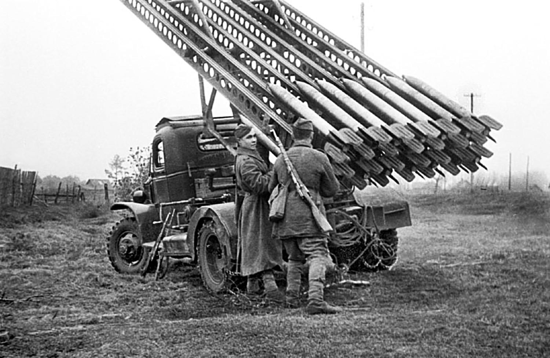 Lançador Katiuchasendo preparado para combate em novembro de 1943, durante a Segunda Guerra.