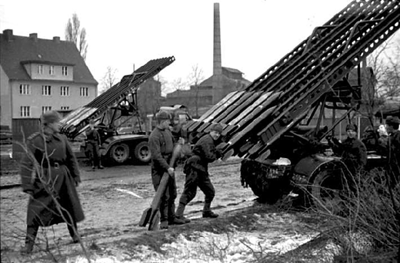Lançadores BM-13 sendo preparados para combate durante a Segunda Guerra.