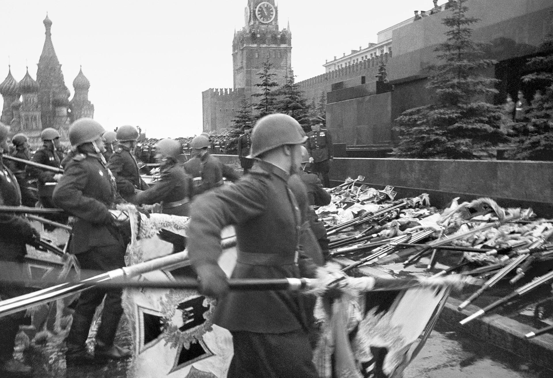 Na primeira parada, bandeiras do Terceiro Reich foram jogadas em frente ao mausoléu de Lênin.