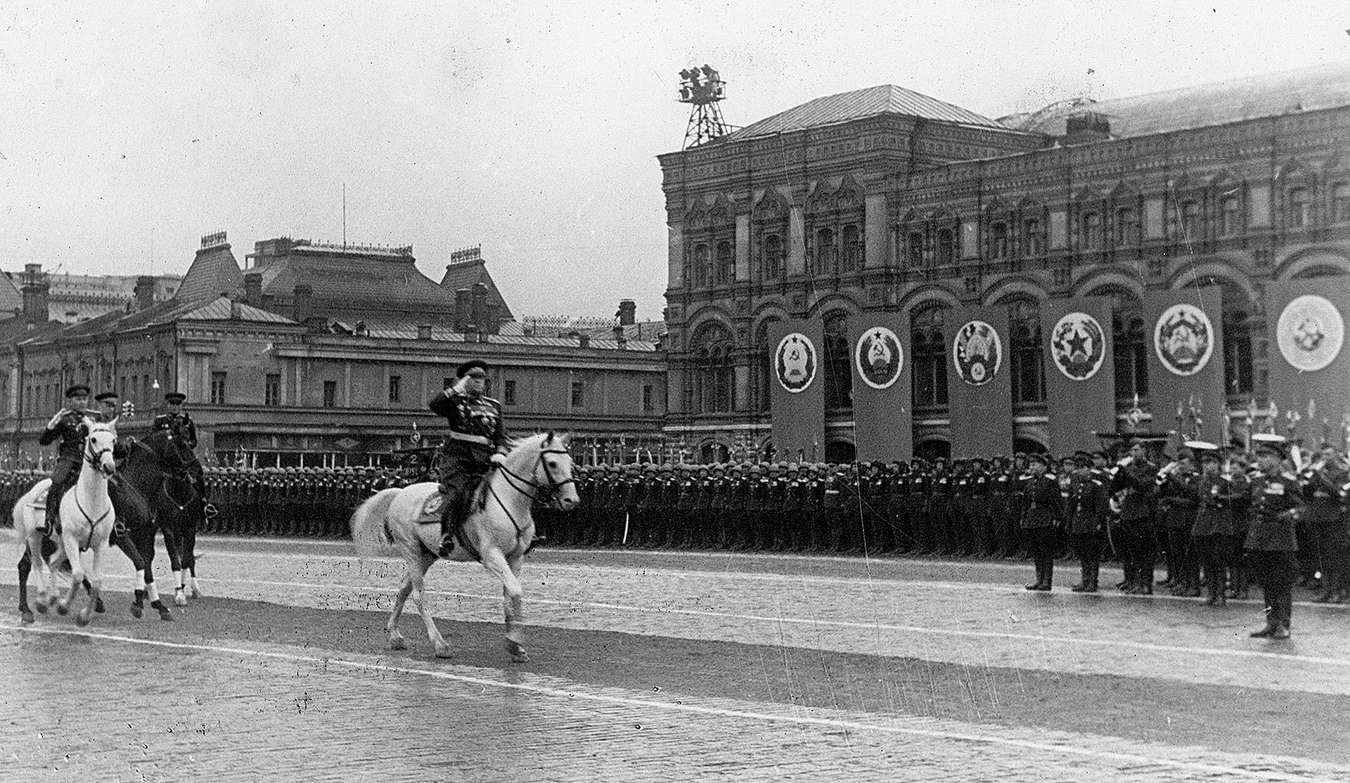 Jukov cavalgou no lugar de Stálin.