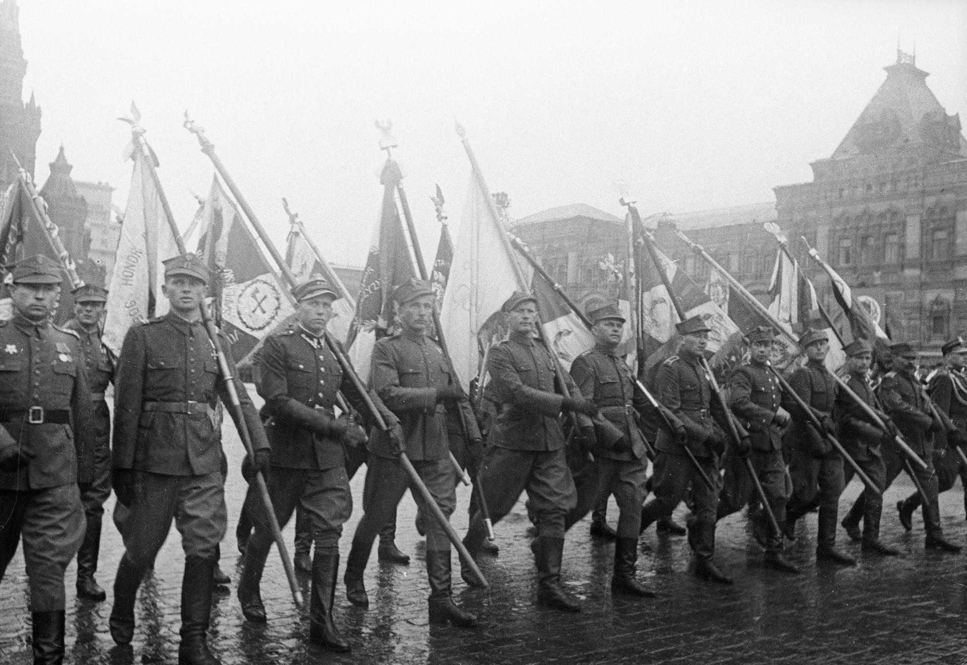 Unidades militares estrangeiras participaram das paradas do Dia da Vitória três vezes.