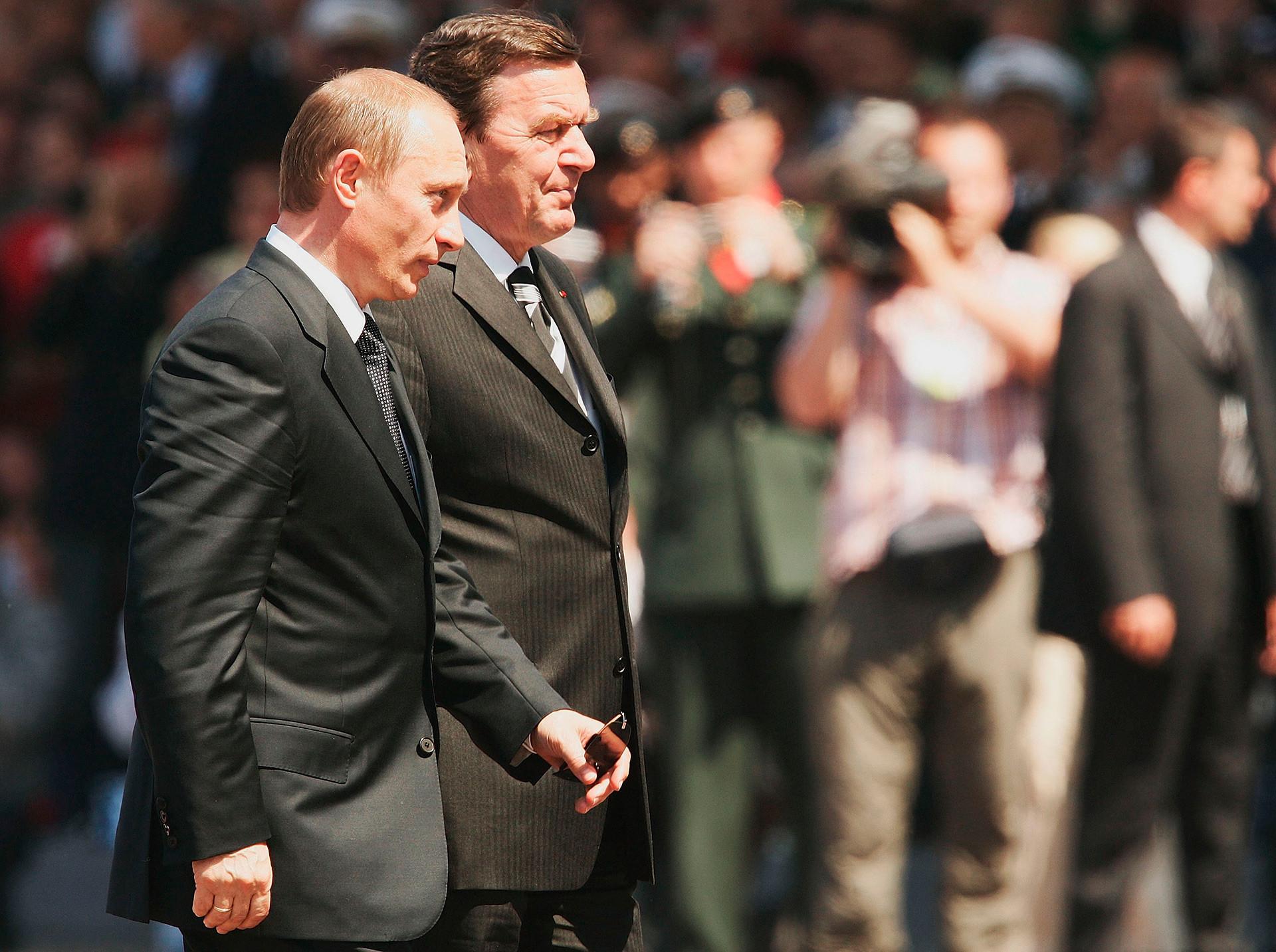 Pútin (esq.) com o então chanceler alemão Gerhard Schroder (dir.).