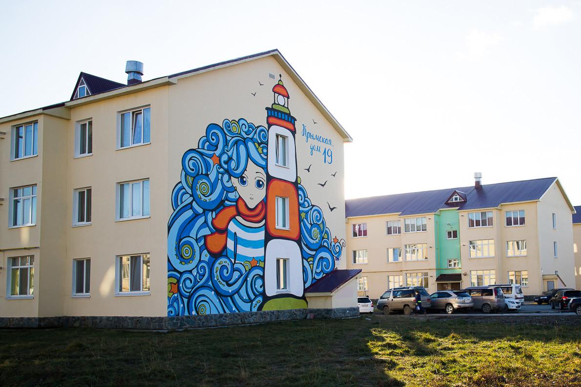 Die SchwarzmeerhalbinselKrim und Sachalin scheinen neben dem Meer nicht viel gemeinsam zu haben. Darumhaben die Künstler der Krymskaja-Straße eineneigenen Leuchtturm und das Seemannsmädchen Natuska geschenkt.
