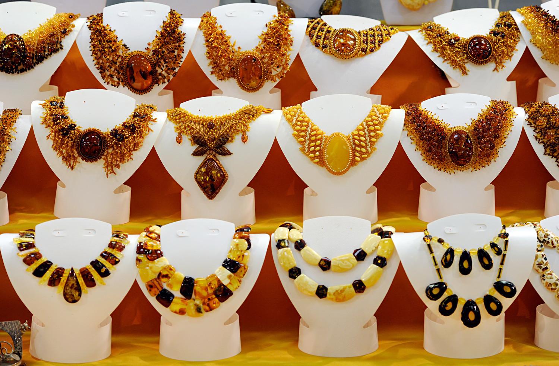 Une grande variété de colliers d'ambre