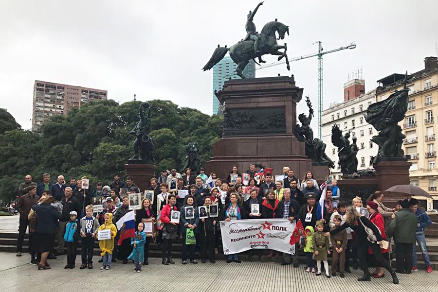 Ungefähr 200 Menschen nahmen an der Aktion in Buenos Aires teil, obwohl es stark regnete.