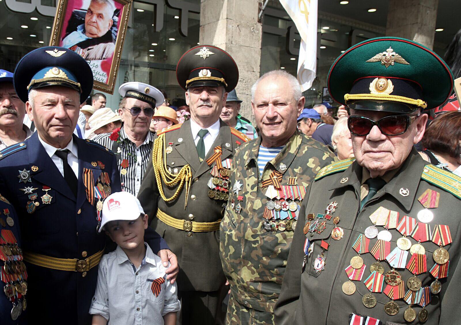 Veteranen und russische Auswanderer marschierten durch Haifa, Israel.