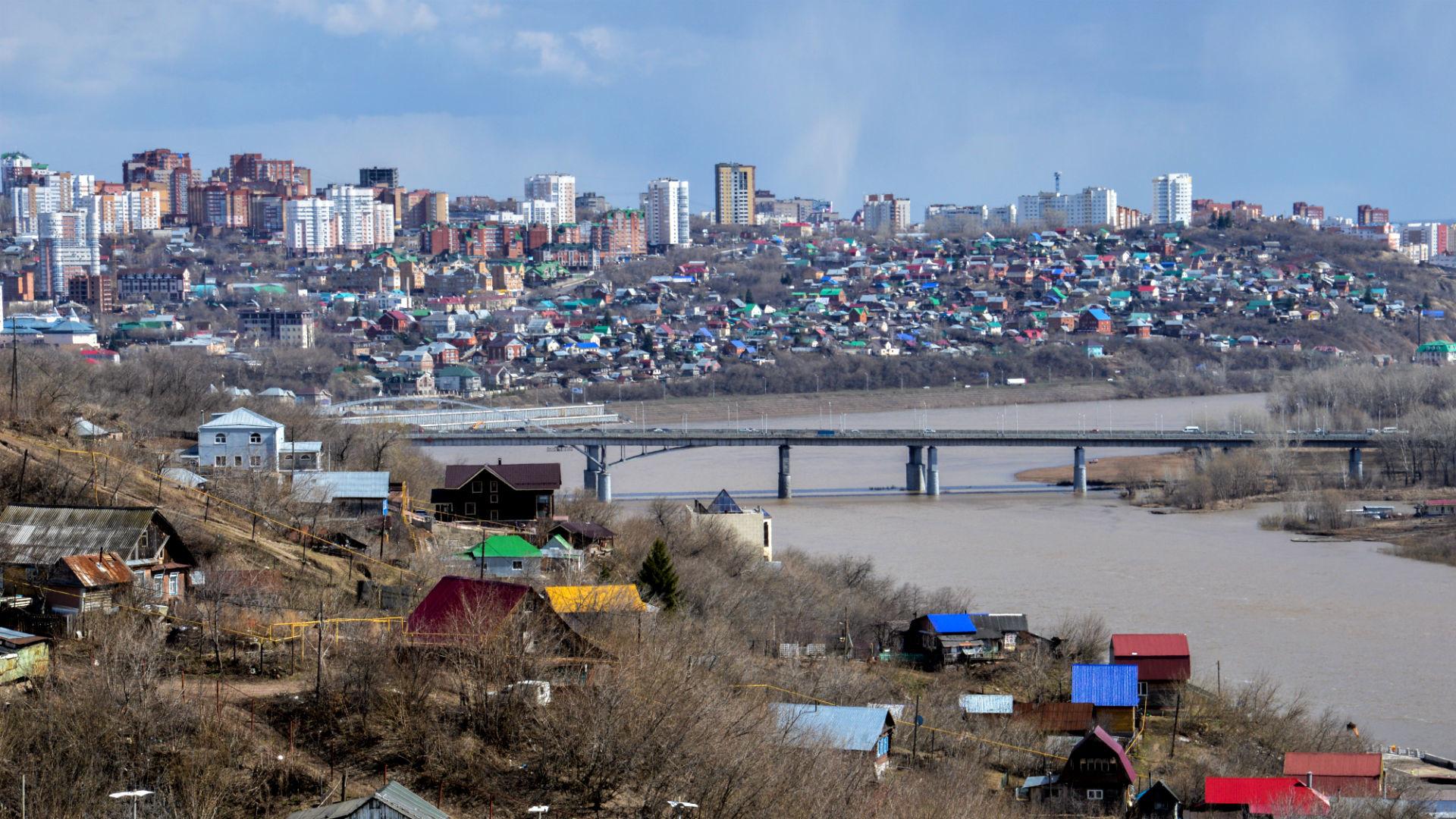 Panorama de la ville depuis la colline dominée par la statue de Salavat Ioulaïev.