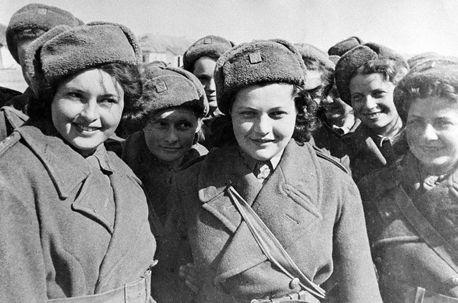 Enfermeras y señalizadoras de la unidad checa, el 1 de mayo de 1943.