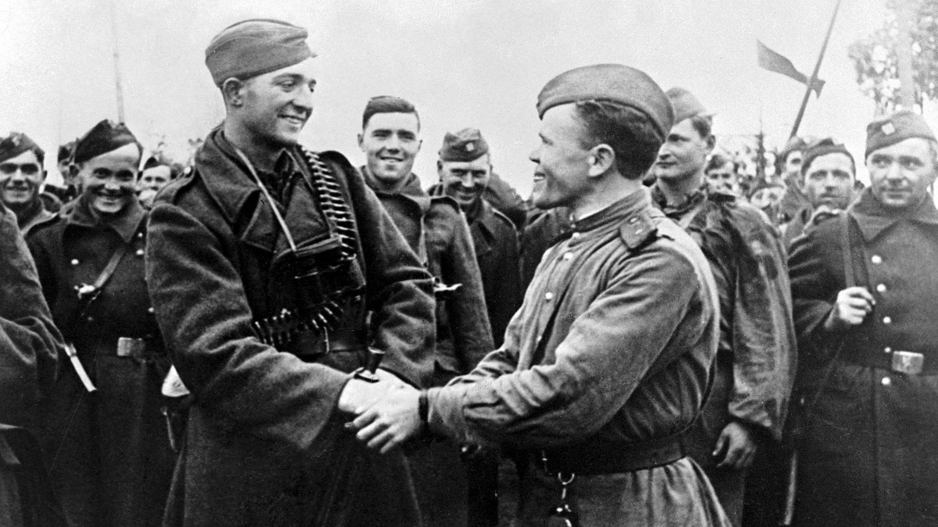 Un officier de l'Armée rouge félicite des soldats tchécoslovaques à leur retour dans leur pays d'origine. 6 octobre 1944.
