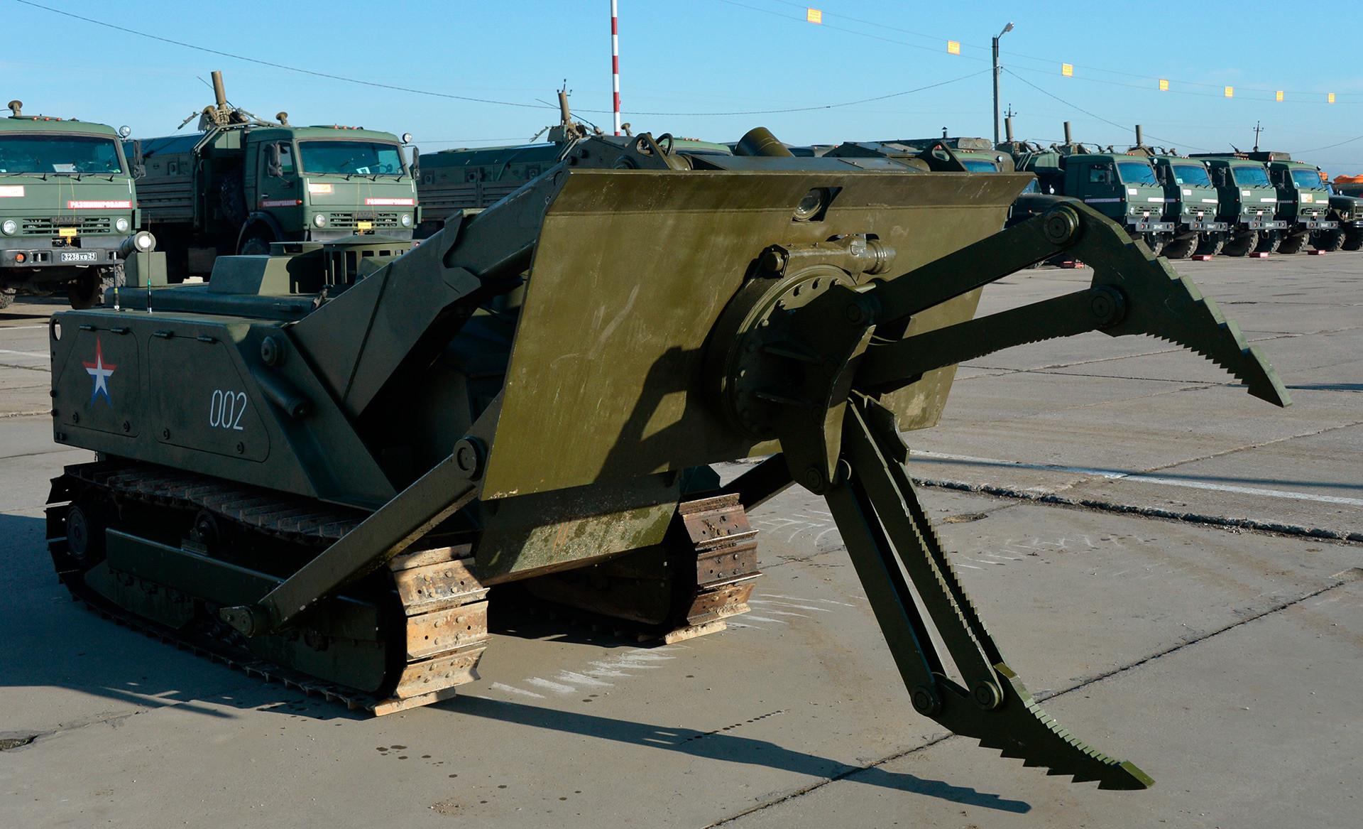 Robotski sistem Uran-6 za ustvarjanje varnih prehodov na minskih poljih in razminiranje večjih minskih polj.