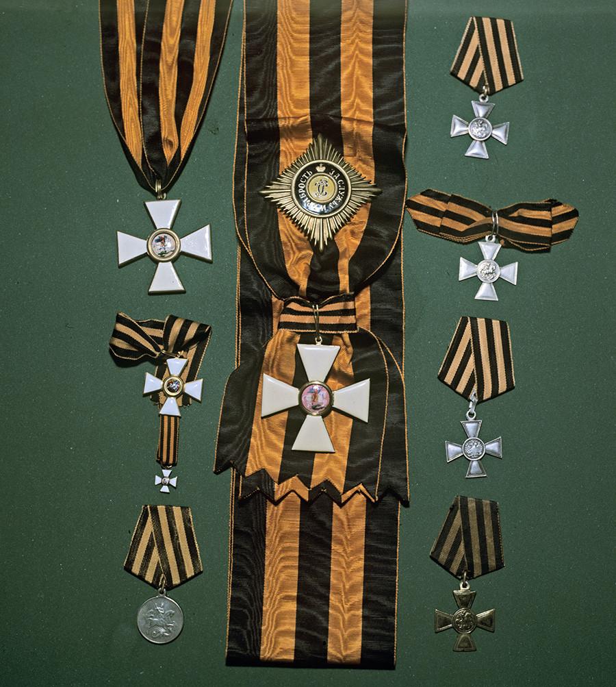 Ордени и емблеми на Свети Георги, показани на изложение на ордени.