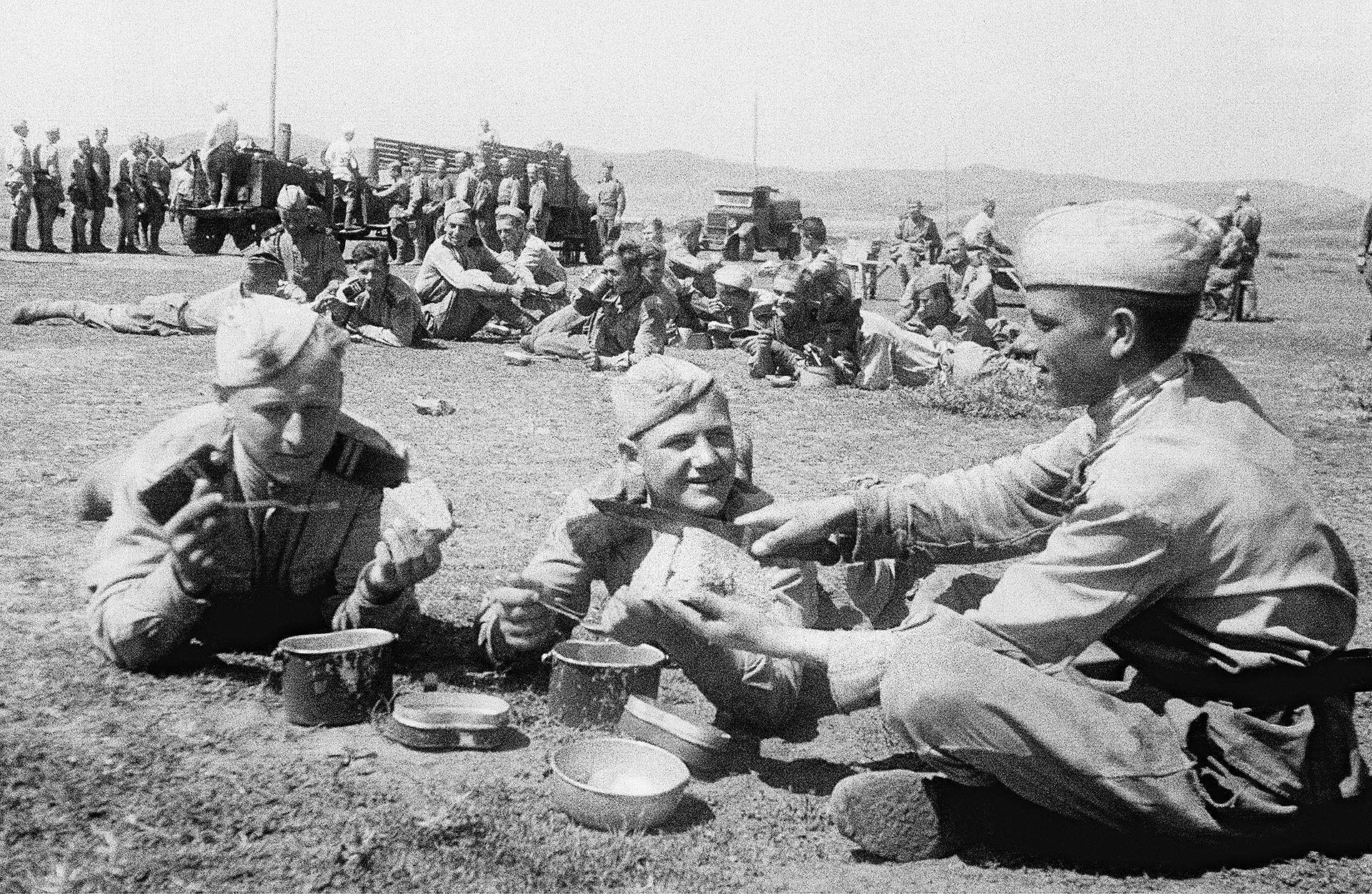 Vojaki na 3. ukrajinski fronti med večerjo.