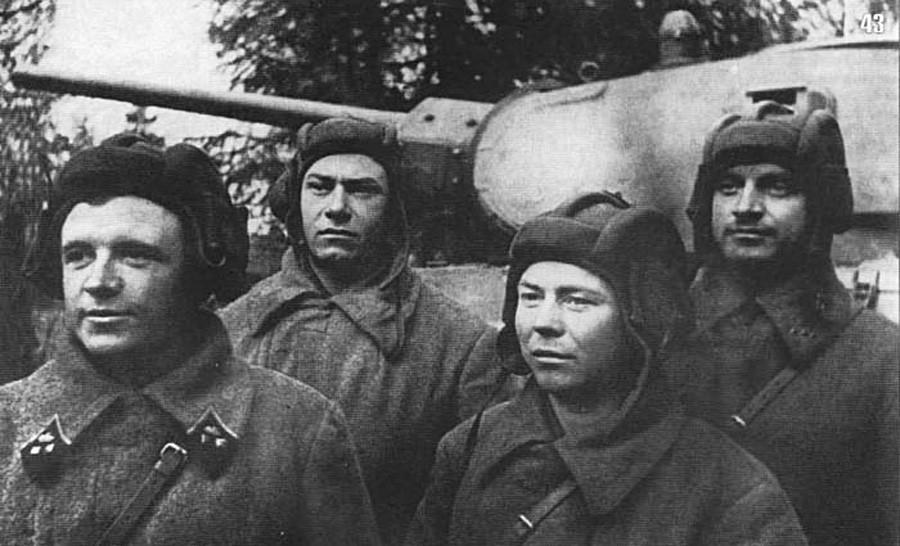 Lavrinenko (skrajno levo) in njegova tankovska posadka, oktober 1941.
