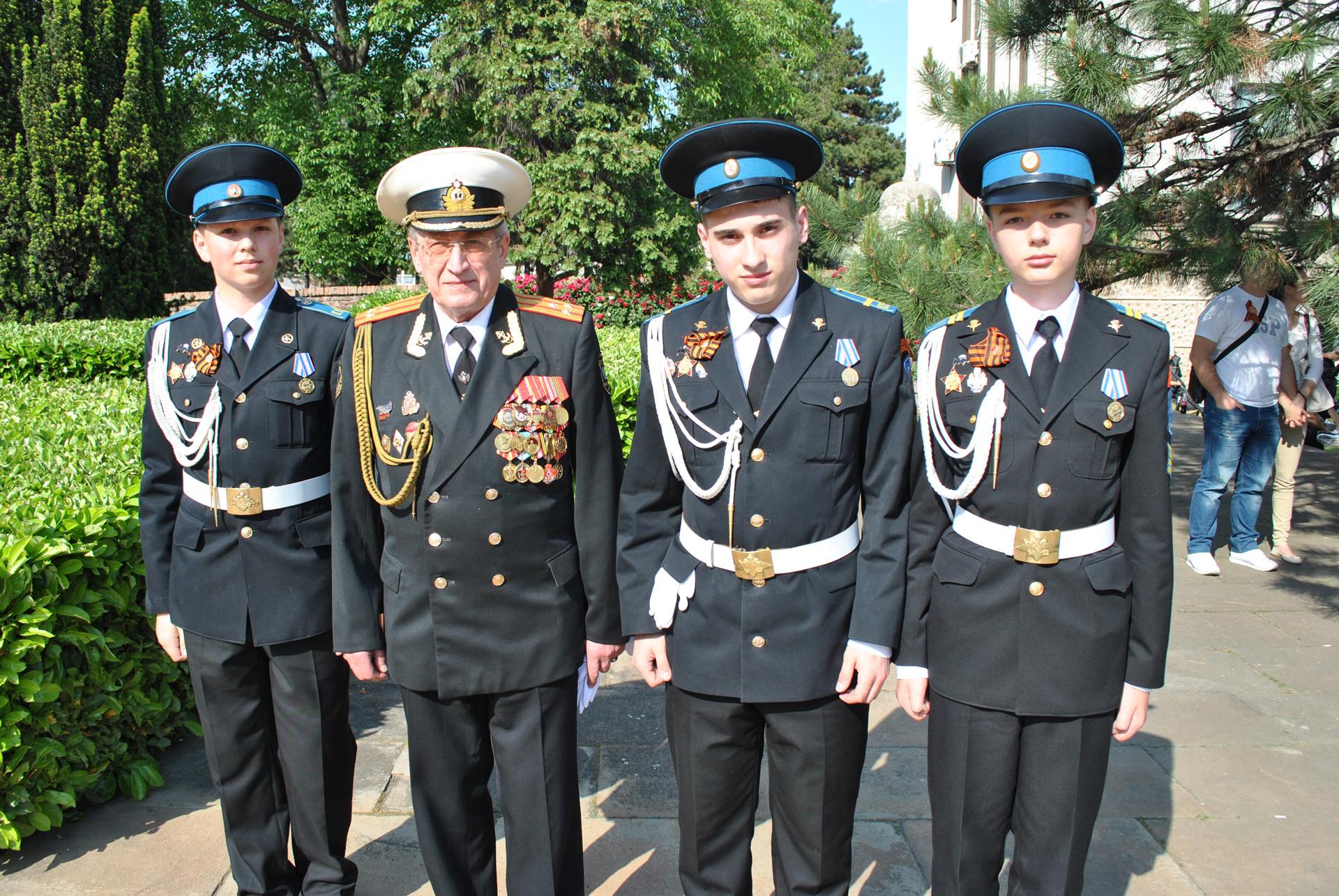 Пуковник Александар Крамаров и питомци кадетског корпуса