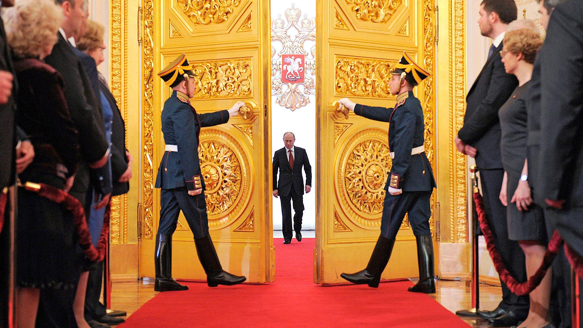 Vladimir Putin memasuki Aula Andreyevsky untuk mengambil sumpah jabatan saat pelantikannya sebagai presiden Rusia di Istana Besar Kremlin di Moskow pada Senin, 7 Mei 2012.