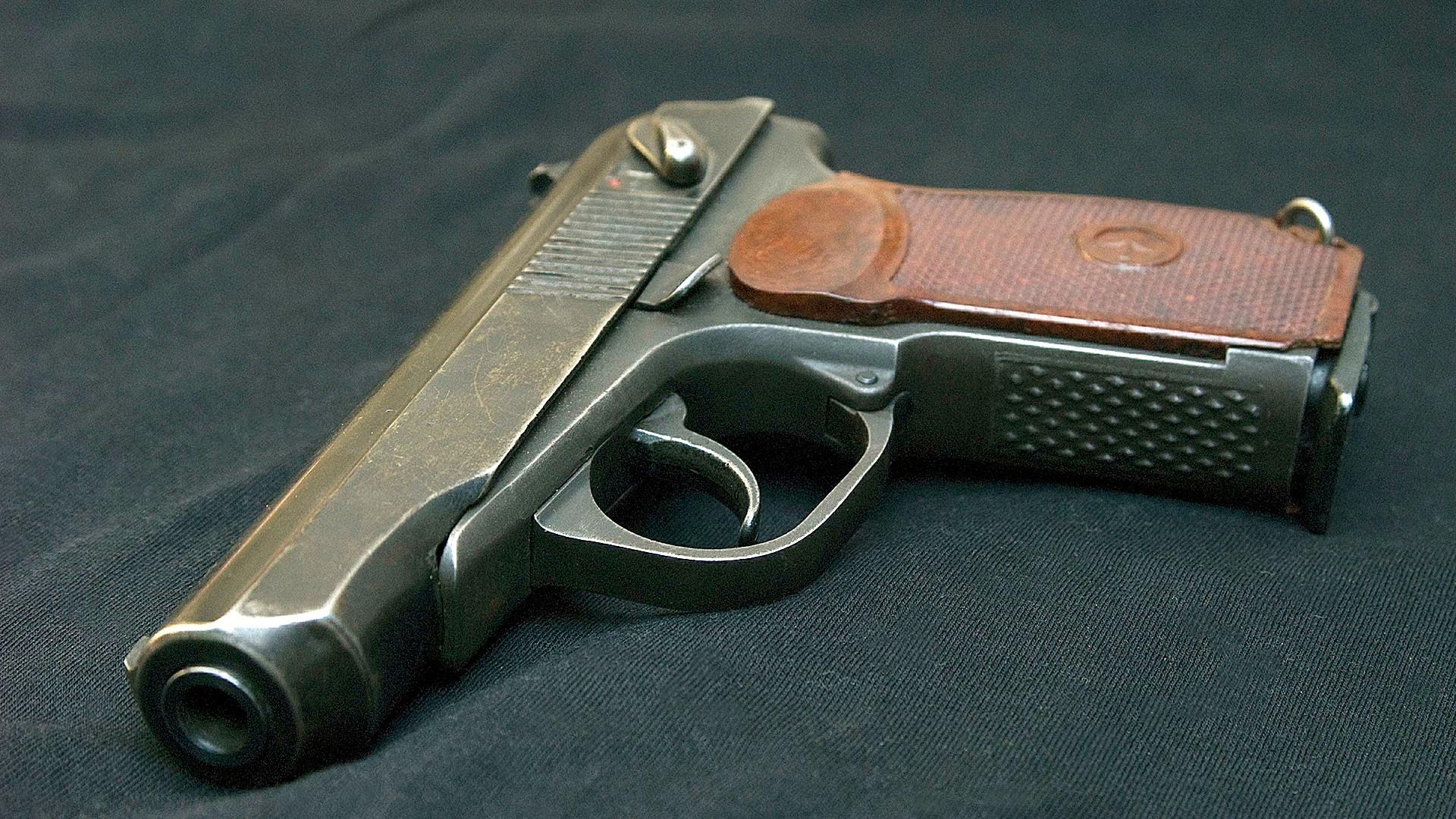 La pistola Makárov es más pequeña que la TT-30 y pesa alrededor de 810 gramos.