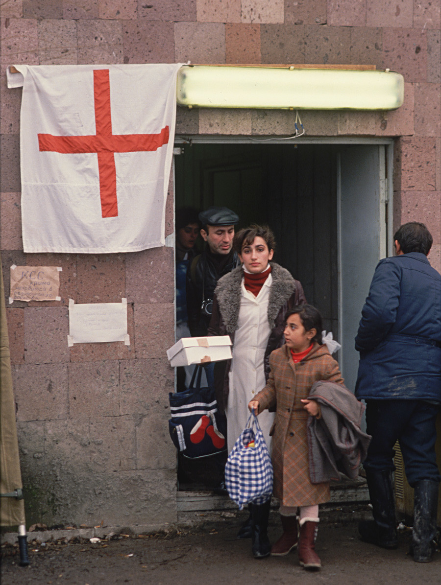 Stanica Crvenog križa u potresom pogođenom Lenjinakanu (Armenija), 1988.