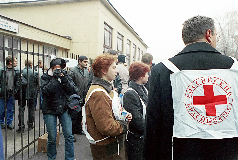 Predstavnici Ruskog Crvenog križa ispred Kazališnog centra na Dubrovki (Moskva), koji su 23. listopada 2002. napali čečenski teroristi.