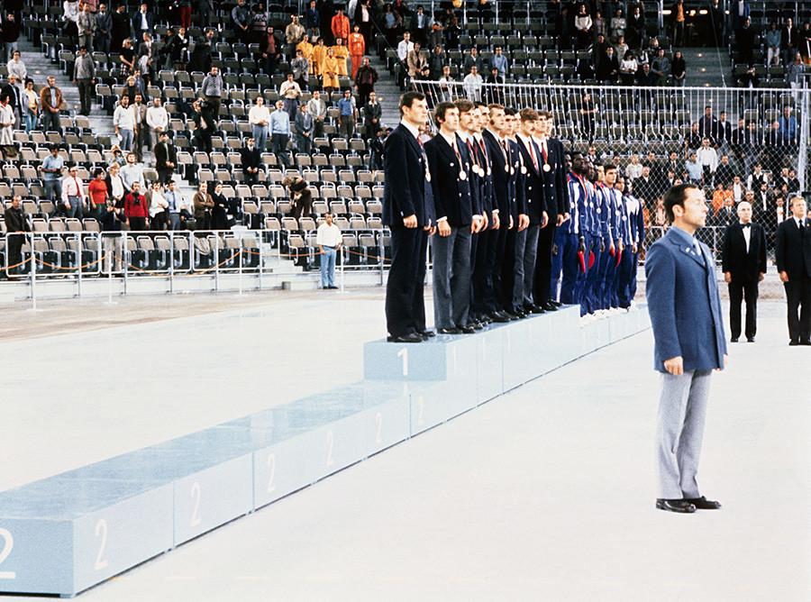 Кошаркашка репрезентација Русије на победничком постољу.