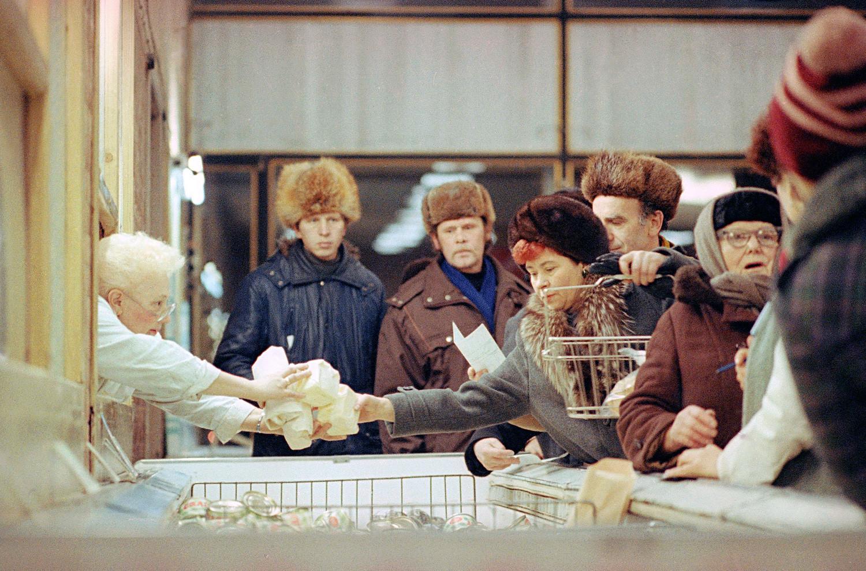 Nasprotujoče si reforme Gorbačova so dodatno poslabšale ekonomski položaj v državi.