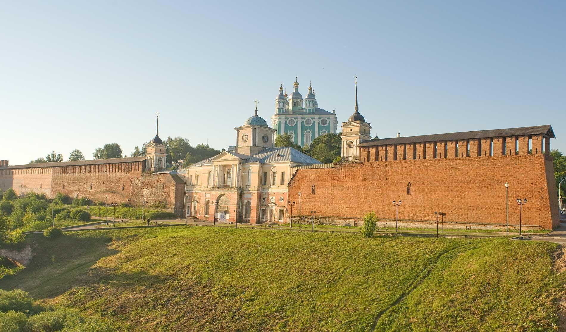 """Cittadella di Smolensk. Muro nord e Porta della Chiesa dell'icona della Madre di Dio """"Odighitria"""". Vista da nord-ovest dal ponte centrale sul fiume Dnepr. 1° luglio 2014"""