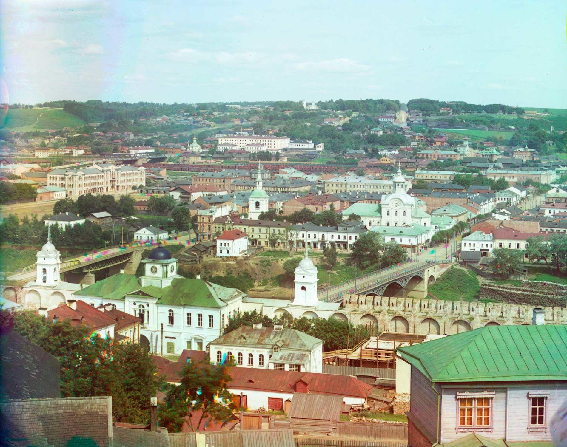 """Smolensk. Vista nord dalla torre campanaria della Dormizione. Muro nord con Porta Dnepr e Porta della Chiesa dell'icona della Madre di Dio """"Odighitria"""". Oltre i due ponti sul fiume Dnepr si trova la Chiesa di San Nicola. Estate 1912"""